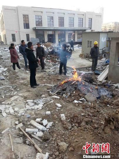 常州九龙仓地产的擎天半岛建筑工地,建筑工人正在焚烧的建筑垃圾堆边烤火 唐娟 摄