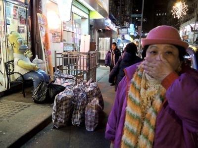 一位华裔居民从家里打包出来,身后是她的十多件行李。(美国《世界日报》/罗慧琪 摄)
