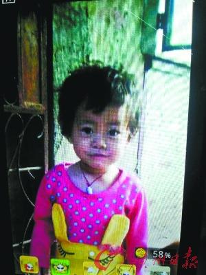 两岁的晓萱生前非常可爱,有一双美丽的大眼睛。(翻拍图)