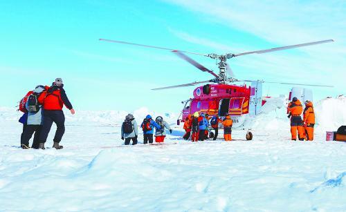 """1月2日,俄罗斯""""绍卡利斯基院士""""号被困人员登上中国""""雪鹰12""""直升机。"""