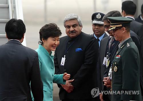 朴槿惠总统15日抵达印度首都新德里,开始对印度进行为期四天的国事访问。(韩联社)