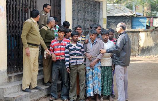 警方介绍,参与轮奸的共有13人,目前他们都因强奸罪被逮捕