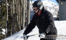 普京视察冬奥会设施与梅德韦杰夫一起滑雪(图)