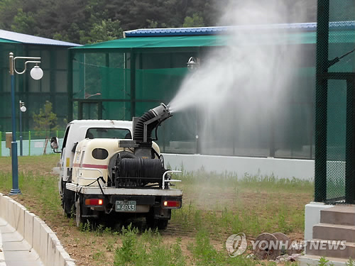 两只中国送予韩国雄朱鹮过检将与雌朱鹮配种