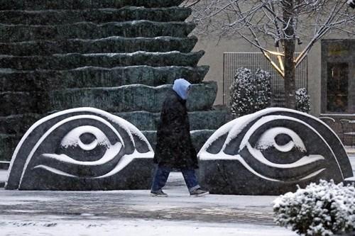 匹兹堡雪中的行人。