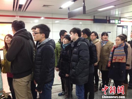 图为杭州地铁一号线公交应急接驳演练现场,乘客排队出地铁站。 施佳秀 摄