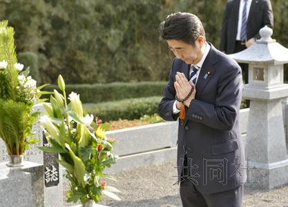 日本首相安倍晋三1月4日下午来到家乡山口县长门市,祭扫亡父安倍晋太郎之墓。(共同社)