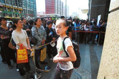 家长带着孩子参加特长生报名。(资料图片)京华时报记者胡雪柏摄