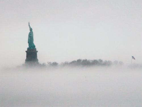 """美国大雾笼罩如仙境自由女神""""腾云驾雾""""(图)"""