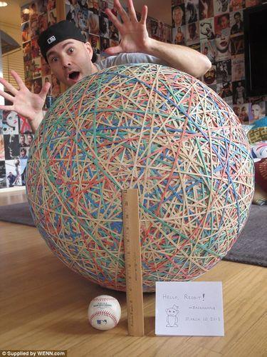 男子用32年造出巨大橡皮筋彩球重113公斤(图)