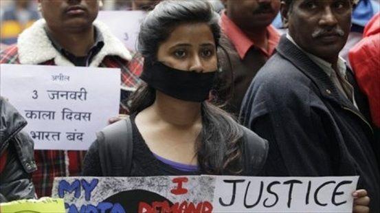 1月2日,印度东部城市加尔各答爆发大规模游行,抗议少女惨遭两次轮奸后又被活活烧死。(图片来源:法国媒体)