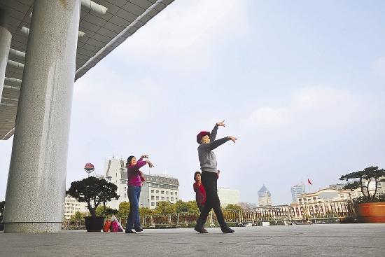 1月14日,舞蹈爱好者在省人民大会堂前翩翩起舞。省两会即将召开,这里不见鲜花、彩球及横幅。 本报记者 杨晓轩 摄