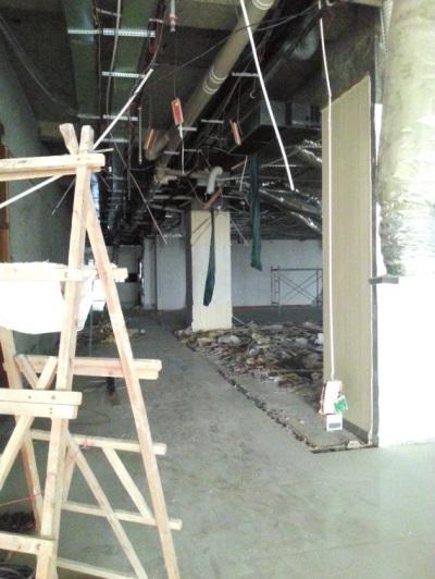 被砸坏的走廊。视频截图