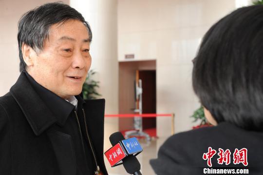 宗庆后接受记者采访。 张茵 摄