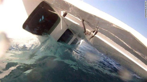 飞机坠海后,海水开始灌入飞机。