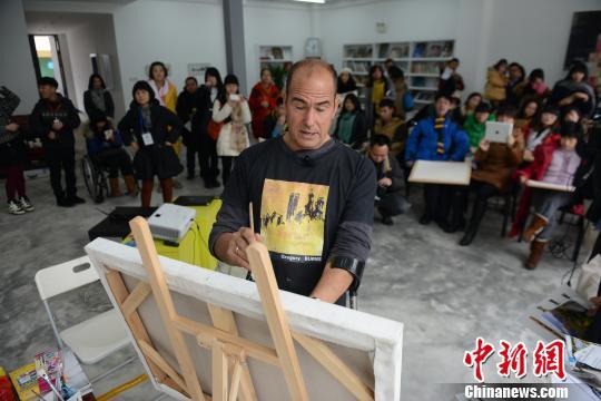 """美国残疾艺术家成都开讲用""""信念""""鼓励残疾小画家"""