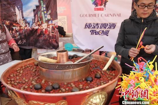"""图为:台湾当地小吃""""营养汤""""。 朱春燕 摄"""