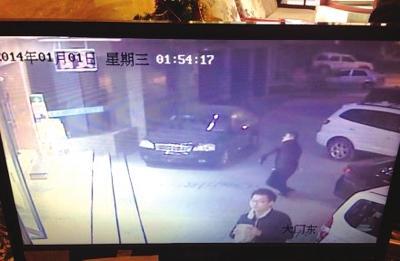 一名男子手拿砖头砸向宾馆(网友供图)