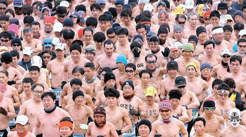 韩国举行裸体马拉松赛近千人裸体跑十公里(图)