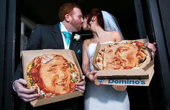 情侣婚礼在披萨饼上印彼此肖像留温馨回忆(图)