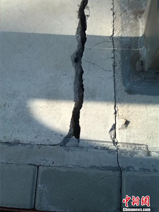 图为化工路跨余杭塘河桥梁裂缝,尺子测量显示宽为3-5厘米。 施佳秀 摄