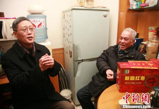 国务院侨办副主任何亚非到浙江省杭州市慰问困难归侨 徐乐静 摄