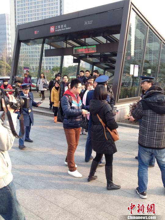 图为杭州地铁一号线公交应急接驳演练现场,地铁人员带领乘客换乘公交车。 施佳秀 摄