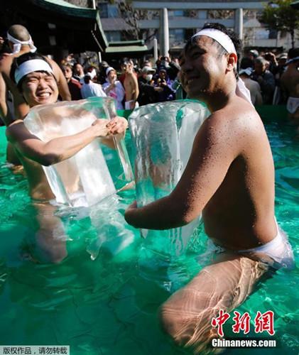 日本人裸体入水池求好运紧抱巨冰挑战极限(图)