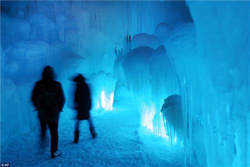 该冰雪城堡有58个冰雪塔尖,一座冰雪瀑布和一个滑梯。