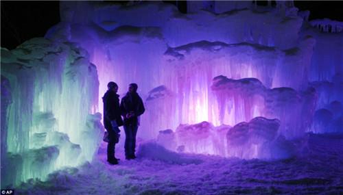 美国建晶莹剔透冰雪城堡灯光照射下如梦幻(图)
