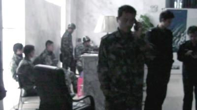 假警察身穿迷彩防爆服,有的戴有警徽的头盔。