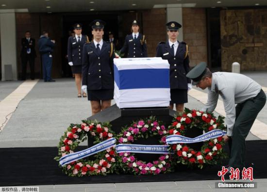 当地时间2014年1月12日,沙龙的遗体在位于耶路撒冷的以色列议会大厦陈列一日,接受民众瞻仰。据悉国葬将于明日举行。