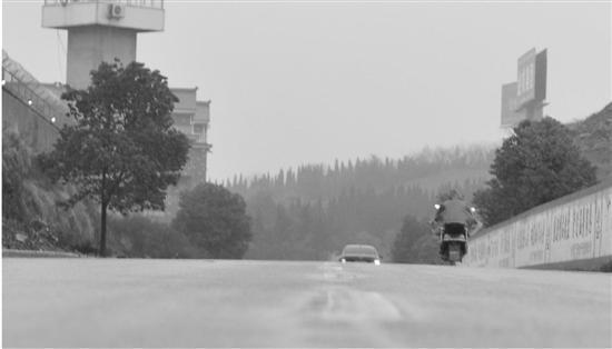 汽车和电动车从南往北走,一会就看不见了,看上去,这是段下坡路,实际测绘显示,这是段上坡路。于兴勇 摄
