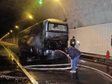 接员工的大巴车隧道内起火 一惊慌乘客爬上车顶