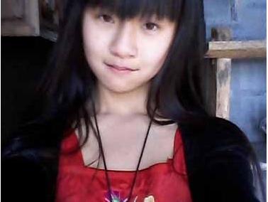 小彩旗的妈妈杨丽梅是一个画家,是杨丽萍的妹妹.据说她早前反对女
