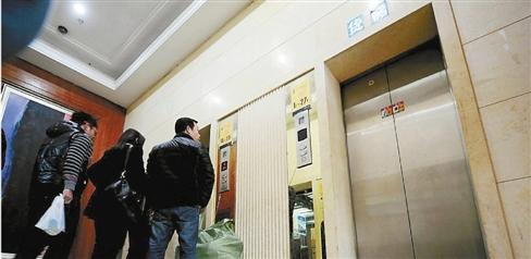 上班高峰期电梯突然不动了 十多人被关半个小时
