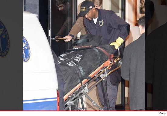 霍夫曼的尸体被运出公寓
