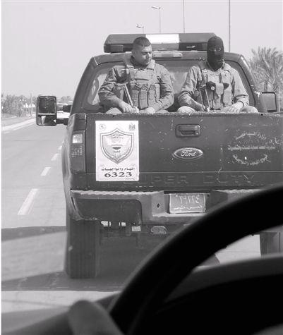 巴格达安全形势堪忧,警车为我们开道。蔡天新 摄
