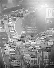 高速公路监控画面显示,昨天上午杭金衢高速衢州段,车子只能跑出30码。