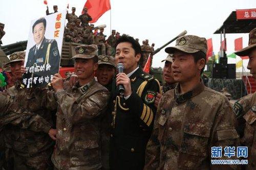 资料图:总政歌舞团演员蔡国庆在南疆军区某炮兵团进行慰问演出-外