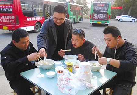 除夕,宁海公交司机利用进场休息的十几分钟时间,吃一碗水饺就算是年夜饭了。(水玲玲 摄)