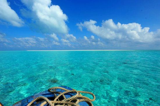 一半海水一半蓝天的西沙群岛