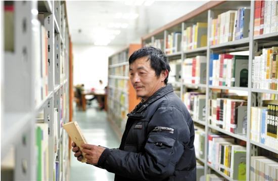 保洁员大叔化身高校学霸 每晚泡在图书馆借阅室