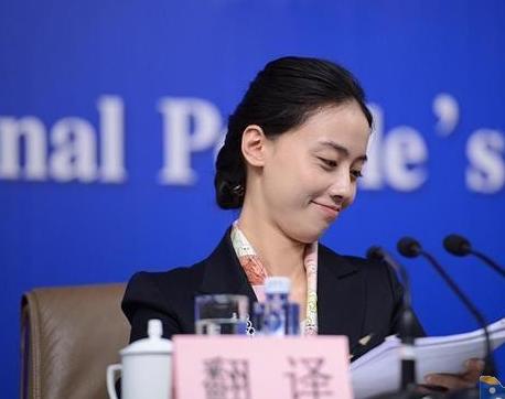 亚冠美女翻译抢镜 素颜好气质似翻版刘诗诗